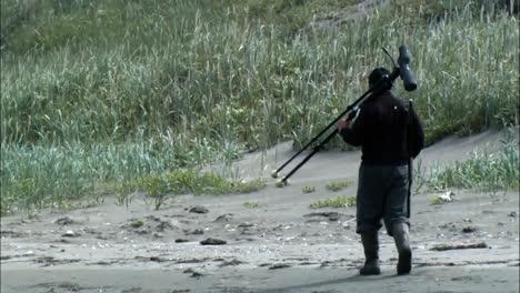 Ein-Fotograf-Wandert-Am-Ufer-Entlang-Und-Baut-Seine-Jalousie-In-Alaskas-Togiak-National-Wildlife-Refuge-Auf