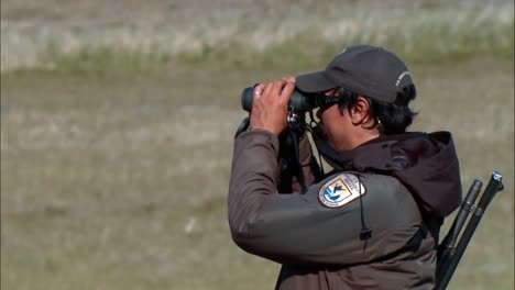 Ein-Jäger-Beobachtet-Elche-Im-Togiak-National-Wildlife-Refuge-In-Alaska