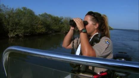 Eine-Frau-Arbeitet-Als-Polizistin-Für-Ein-Wildschutzgebiet-Und-Betreibt-Ein-Patrouillenboot