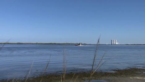 Polizeibeamte-Fahren-Mit-Airboats-Durch-Die-Sümpfe-Eines-National-Wildlife-Refuge-Floridas-Vorbei-An-NASA-Gebäuden