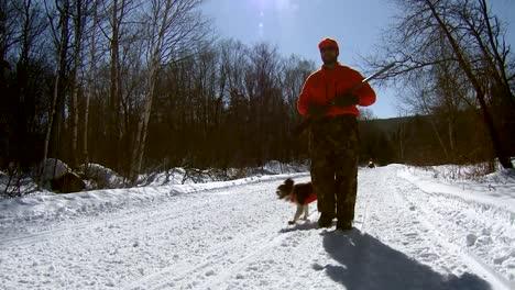 Ein-Jäger-Und-Seine-Hunde-Durchqueren-Eine-Winterliche-Landschaft