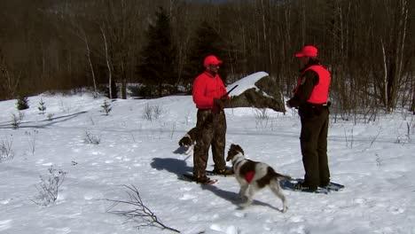 Ein-Polizeibeamter-überprüft-An-Einem-Winterlichen-Tag-In-Einem-National-Wildlife-Refuge-Die-Jagdscheine