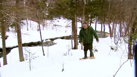 Ein-Polizeibeamter-In-Vermont-Patrouilliert-Auf-Schneeschuhen-Und-überprüft-Einen-Trapper