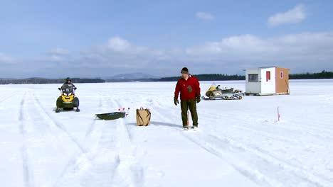 Ein-Beamter-Der-Schutzhütte-Prüft-Die-Lizenzen-Der-Eisfischer