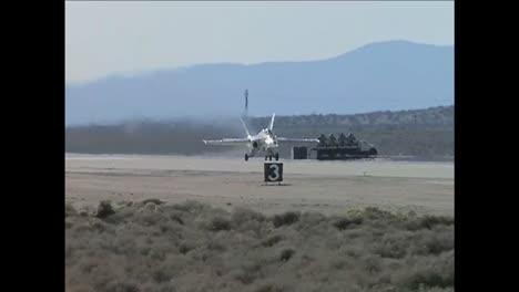 Ein-Aktives-Aeroelastisches-F18-Flügelflugzeug-Rollt-Und-Startet-Von-Einer-Start--Und-Landebahn-Im-Dryden-Flight-Research-Center-In-Kalifornien