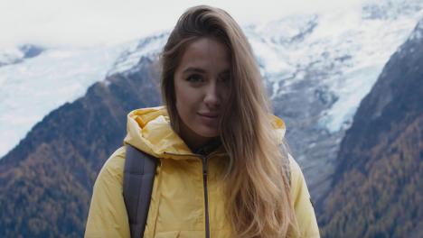 Schöne-Frau-Vor-Bergkulisse