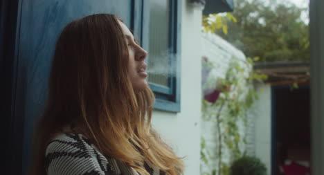 Hermosa-Mujer-Fumando-En-La-Puerta-Hermosa-mujer-fumando-en-la-puerta