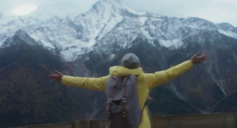 Frau-Mit-Blick-Auf-Die-Berge