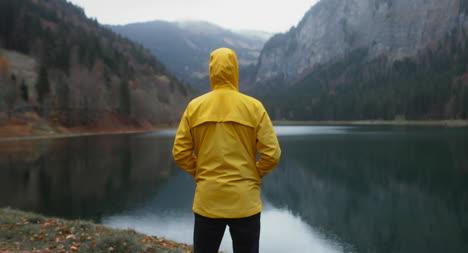 Mann-Mit-Blick-Auf-Den-Bergsee