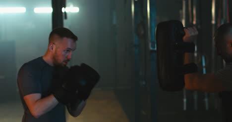 Boxer-Schlägt-Pads-In-Zeitlupe-02