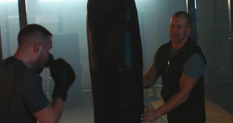 Saco-de-boxeo-hombre-boxeo-en-el-gimnasio-02