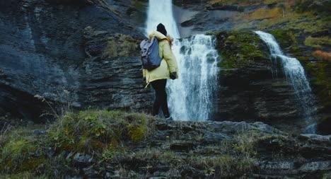 Escalando-sobre-rocas-cerca-de-la-cascada-02