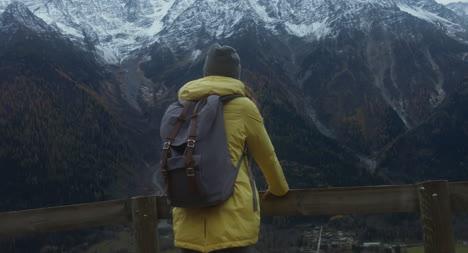 Frau-Mit-Blick-Auf-Das-Bergtal