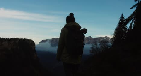 Wanderer-Vor-Nebliger-Bergkulisse