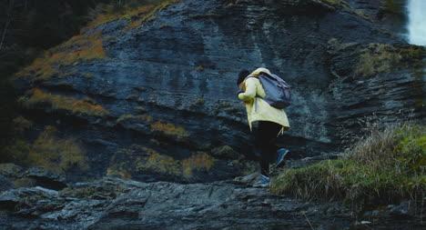 Escalando-sobre-la-repisa-de-la-cascada-rocosa