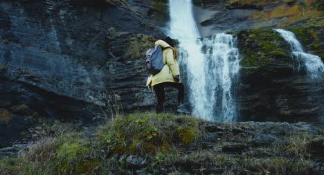 Mujer-subiendo-rocas-en-cascada