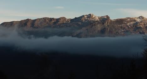 Misty-Montaña-Scene-in-Morning-Luz