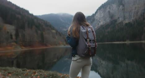 Mujer-caminando-junto-al-lago-03