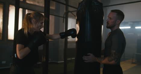 Mujer-entrenando-con-saco-de-boxeo