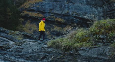 Hombre-caminando-por-terreno-rocoso-01