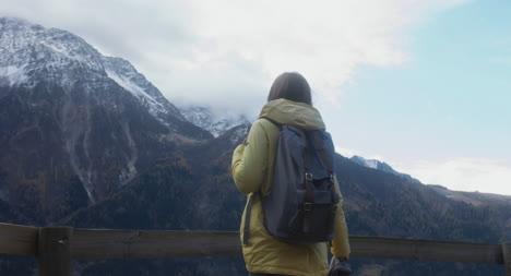 Frau-Wandert-Zum-Aussichtspunkt-02