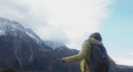 Frau-Wandert-Zum-Aussichtspunkt-03