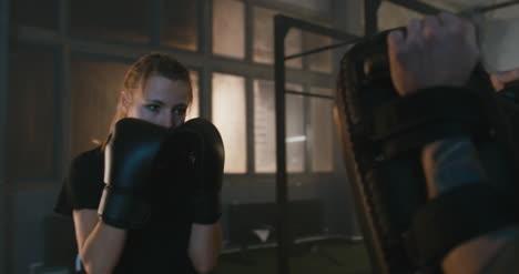 Mujer-practicando-golpes-de-boxeo