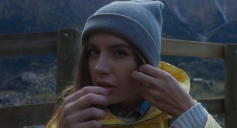 Chica-atractiva-ajustando-el-sombrero-de-invierno
