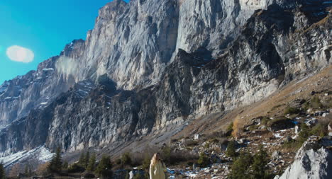 Excursionista-en-dramático-paisaje-de-montaña