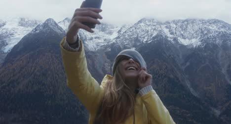 Mujer-excursionista-tomando-un-selfie
