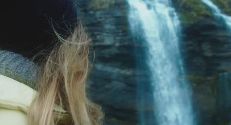 Frau-Vor-Wasserfall