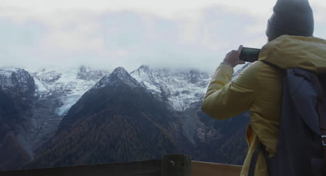 Taking-Photo-of-Montaña-Scenery