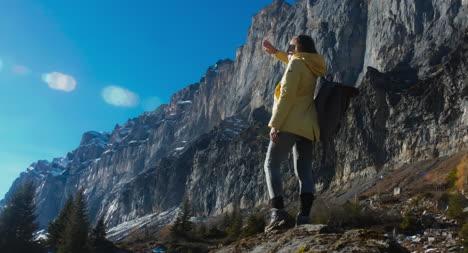 Joven-mujer-aventurera-en-las-montañas