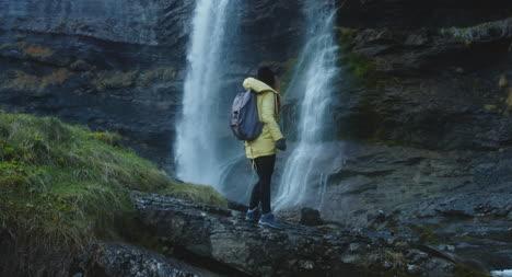 Joven-mujer-caminante-junto-a-la-cascada-01