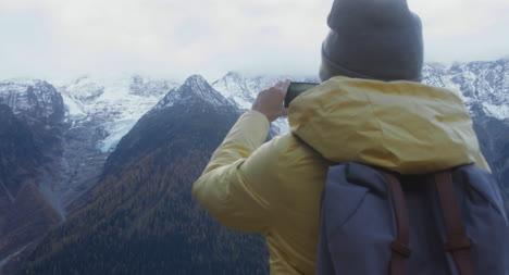 Wandererin-Am-Aussichtspunkt-02
