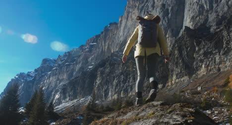 Mujer-excursionista-subir-a-la-roca