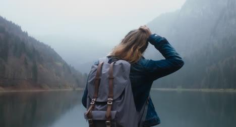 Junge-Wandererin-In-Der-Wildnis