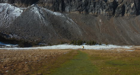 Excursionista-en-Dramático-Terreno-de-Montaña-01
