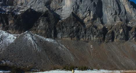 Hiker-in-Dramatic-Montaña-Terrain-02