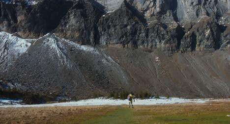 Feliz-excursionista-en-los-Alpes