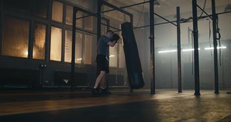Saco-de-boxeo-de-hombre-en-el-gimnasio-de-boxeo
