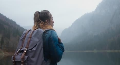Feliz-excursionista-junto-a-un-lago