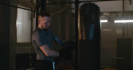 Boxer-preparándose-para-saco-de-boxeo