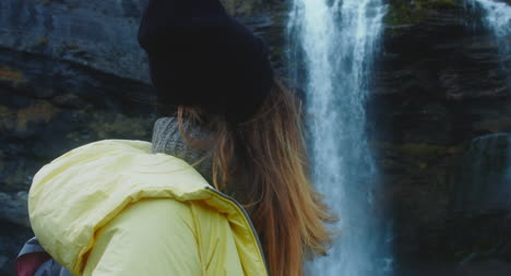 Mujer-joven-junto-a-una-cascada