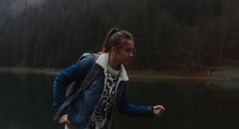 Mujer-bailando-por-lago