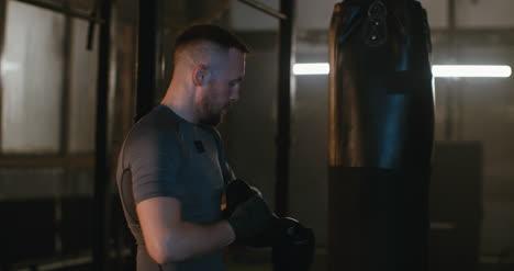 Ponerse-guantes-de-boxeo