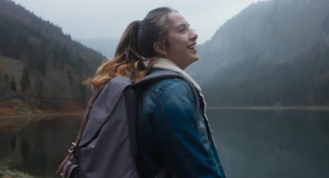 Lächelnder-Wanderer-Am-See-01