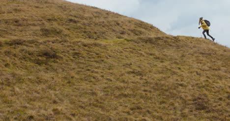 Excursionista-Cumbre-Colina