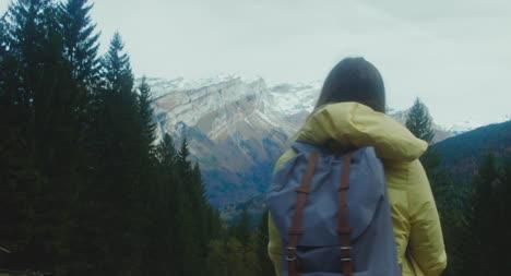 Excursionista-disfruta-de-vistas-a-la-montaña