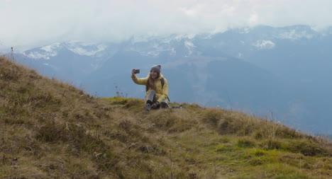 Frau-Macht-Selfie-Auf-Einem-Hügel